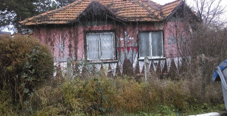 immobilien haus in klenovik pernik bulgarien 90 qm haus 1500 qm garten den bergen am see. Black Bedroom Furniture Sets. Home Design Ideas