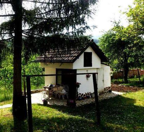 immobilien haus in priboy pernik bulgarien 50 qm haus 300 qm garten den bergen am see. Black Bedroom Furniture Sets. Home Design Ideas